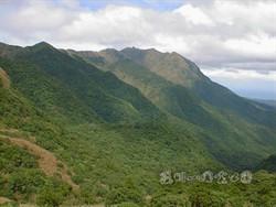 由小油坑入口北望竹子山脈(胡萬典攝)