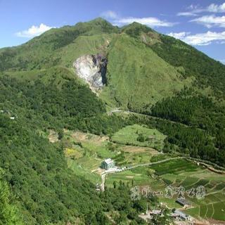 由百拉卡公路遠眺東南方的七星山 (陳育賢攝).jpg