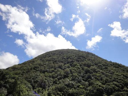 湖底路仰望山形渾圓的紗帽山